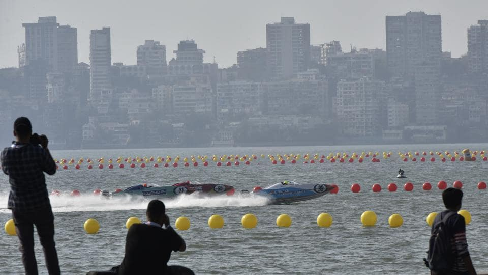 The location of the race — just off the picturesque Marine Drive — saw passersby stop and take photos of the race. (Anshuman Poyrekar/HT Photo)
