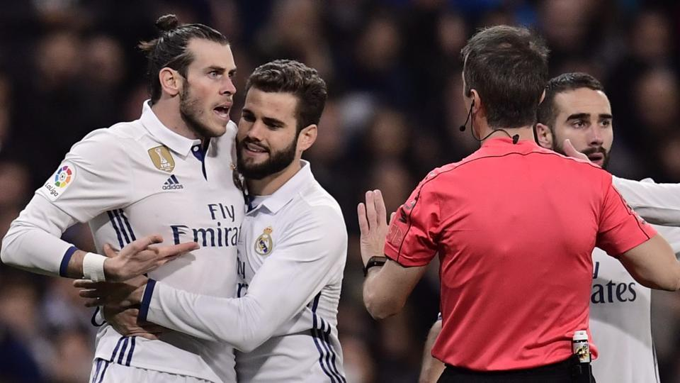 Real Madrid's Gareth Bale (L) argues with the referee during the La Liga match against Las Palmas.
