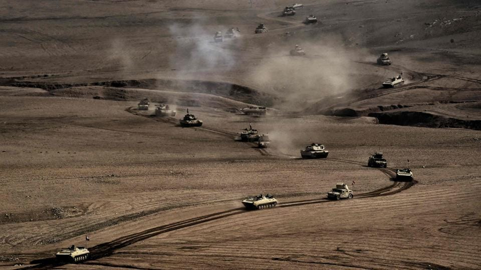 A convoy of tanks and armoured vehicles of the Iraqi army's 34th brigade advances near Talul al-Atshana, on the southwestern outskirts of Mosul, on February 27, 2017, during an offensive to retake the city from Islamic State (IS) group fighters. (ARIS MESSINIS / AFP)