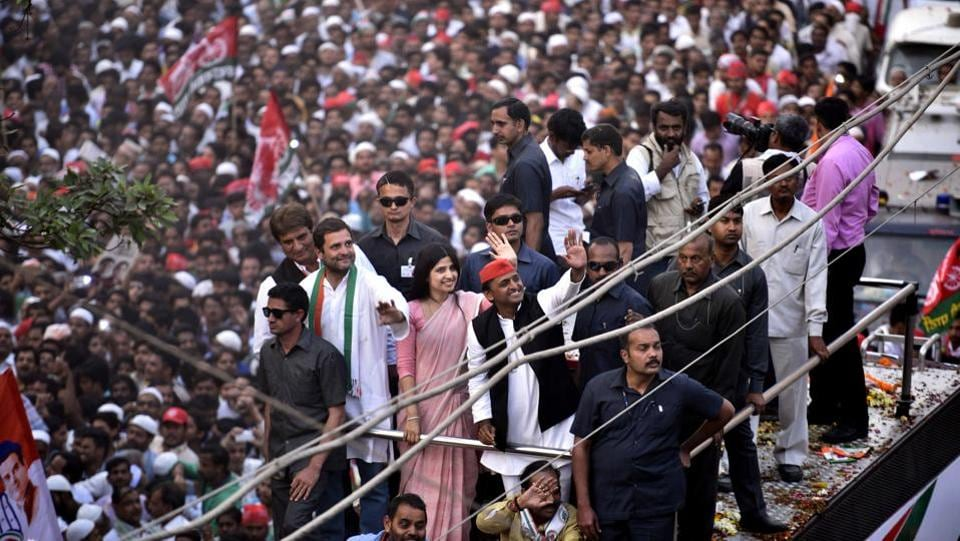 UP chief minister Akhilesh Yadav, his wife Dimple, and Congress vice-president Rahul Gandhi during their roadshow in Varanasi on March 04, 2017. (Arun Sharma/HT PHOTO)