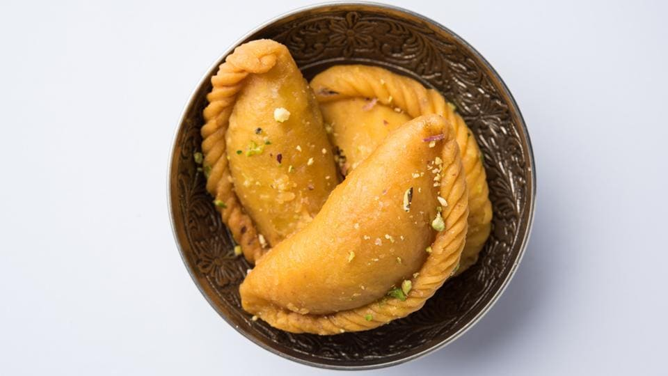 Make it a point to buy gujiyas only from a licensed retailer or a sweetmeat shop which you know is trustworthy and which you frequent often