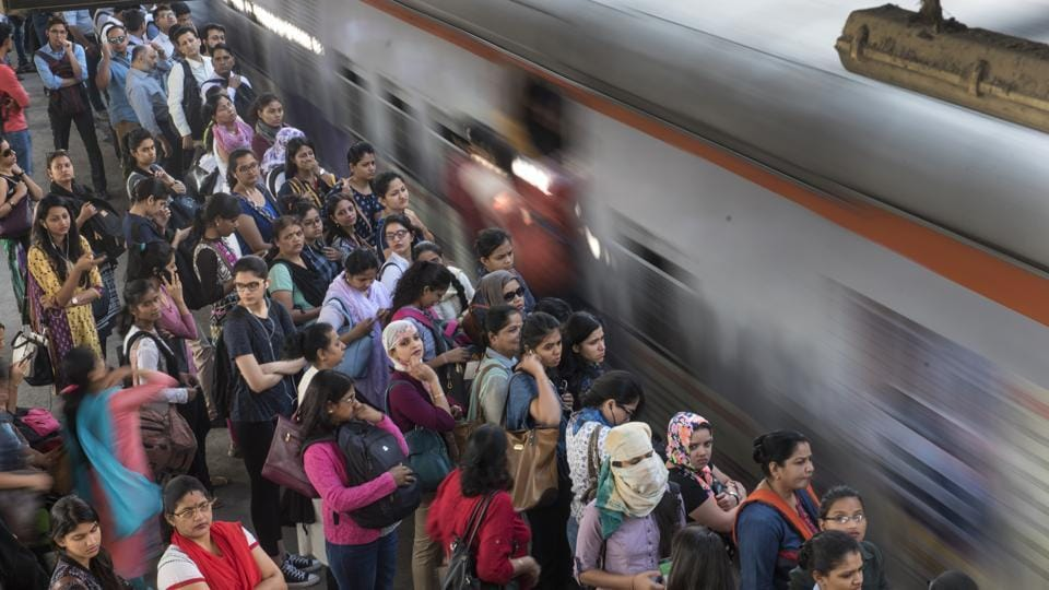 The rail fracture led to heavy rush on trains and huge crowds at stations.