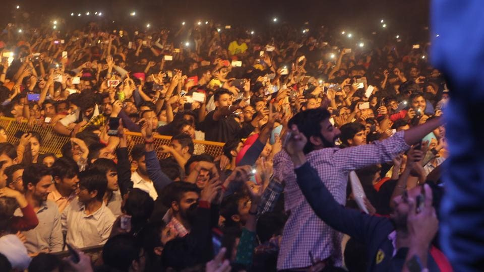 By the time Diljit finally came on stage, the crowds had mostly gathered around the stage, breaching almost every level of security possible.