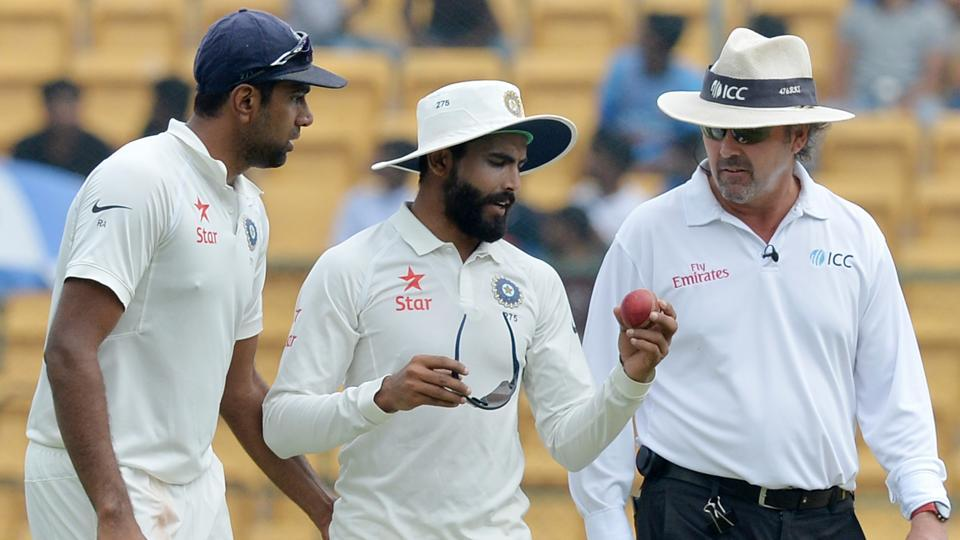 Ravichandran Ashwin and Ravindra Jadeja (C) speaks with umpire RK Illingworth (R). (AFP)