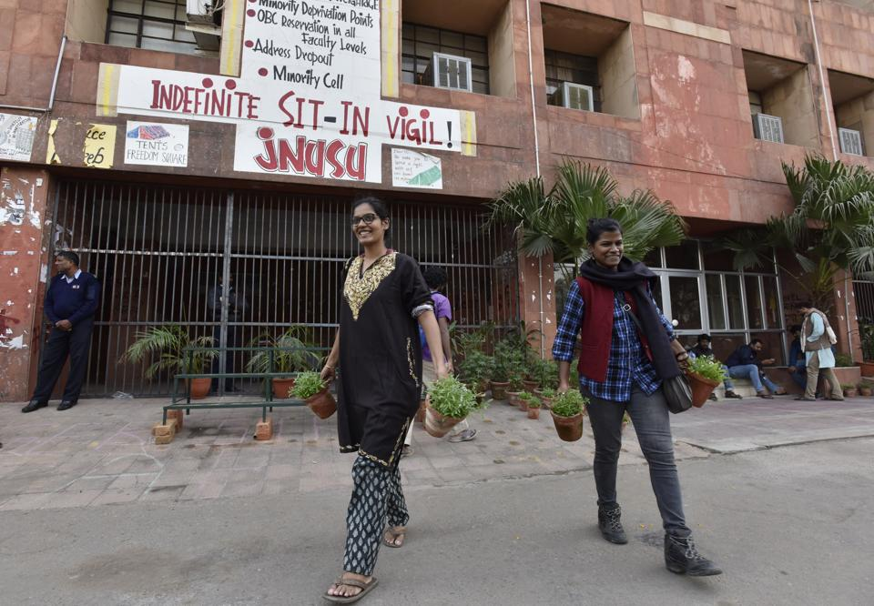 The Delhi high court on Friday lifting its earlier order restraining students from protesting within 100 metres of the admin block.