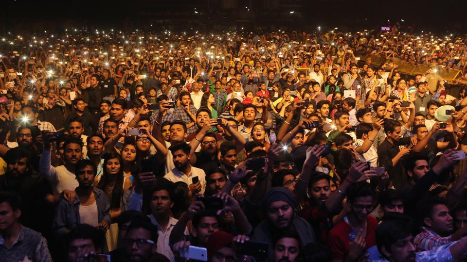 A view of the massive crowd that had gathered in the college grounds for  Dosanjh's performance. (Manoj Verma/HT Photo)