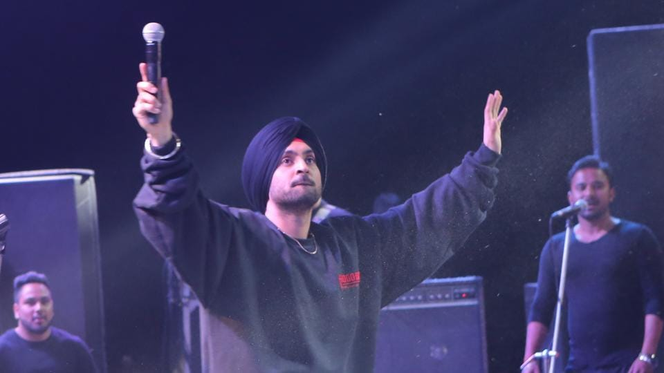 Diljit performs his hit number Veer Vaar for the crowd at Confluence. (Manoj Verma/HT Photo)