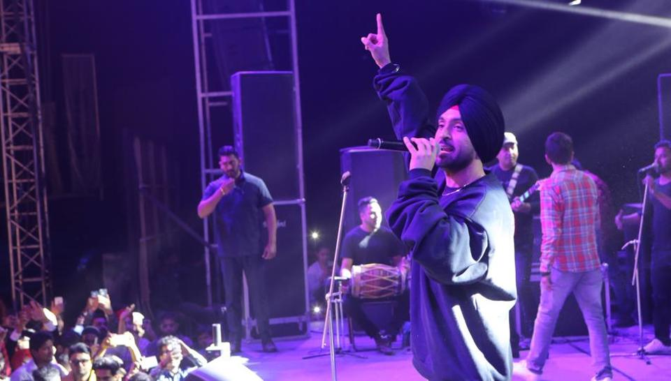 The singer urged the fans to maintain decorum and let the show happen properly. (Manoj Verma/HT Photo)