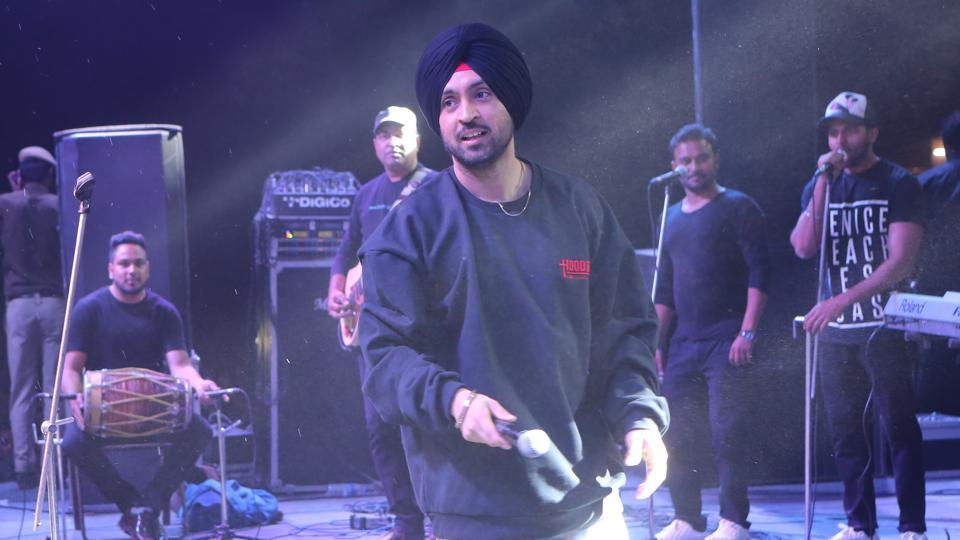 Confluence, the fest of Hansraj College, where singer Diljit Dosanj was performing, ended in a pandemonium. (Manoj Verma/HT Photo)