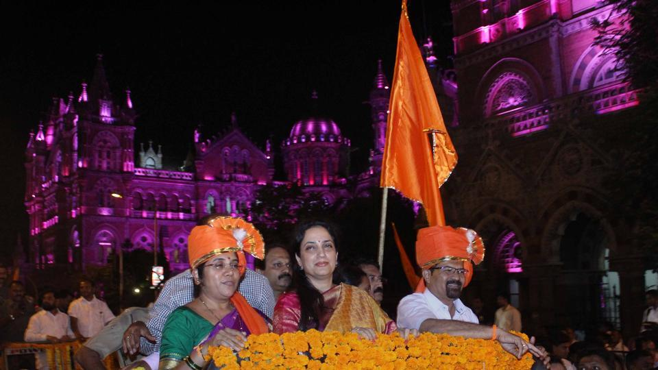 (From right) Mumbai's new mayor Vishwanath Mahadeshwar, Sena chief Uddhav Thackeray's wife Rashmi and deputy mayor Hemangi Worlikar during a victory rally in south Mumbai. (Satyabrata Tripathy/HT Photo)