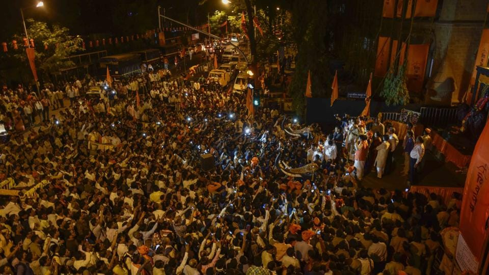 The roads outside the BMC building are thronged by Shiv Sena party workers, after mayor Mahadeshwar's victory.  (Kunal Patil/HT Photo)