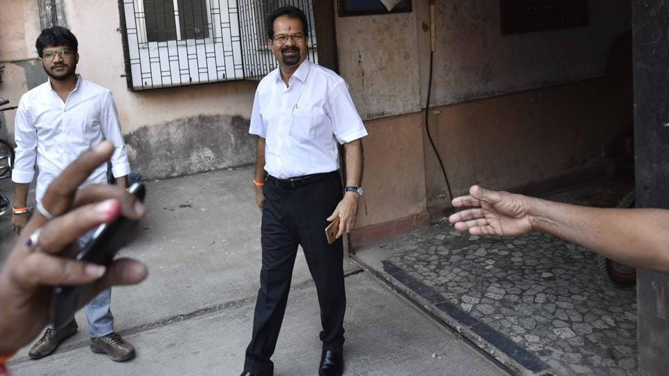 Shiv Sena's mayor candidate Vishwanath Mahadeshwar leaves his home in Santa Cruz for the BMC headquarters before the mayoral election. (Arijit Sen/HT Photo)