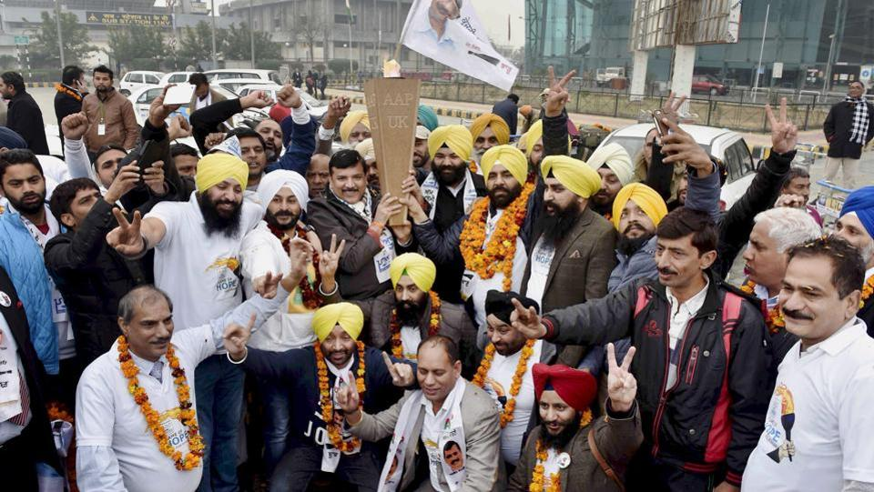 AAP senior leader Sanjay Singh, Punjab convener Gurpreet Ghuggi and Himmat Singh Shergill holding the flame of hope brought by NRIs from UK, who landed at Sri Guru Ramdas Jee International Airport Amritsar on 24th January 2017. (PTI)