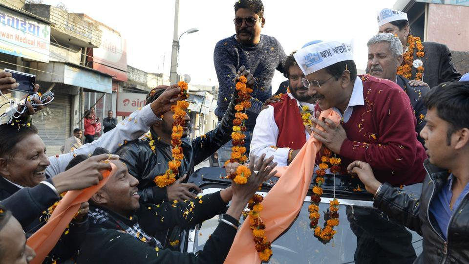New Delhi chief minister and Aam Admi Party chief, Arvind Kejriwal (3R) greets supporters during a road show for the upcoming Assembly Election of Punjab State, in Jalandhar on January 13, 2017. / AFP PHOTO / SHAMMI MEHRA