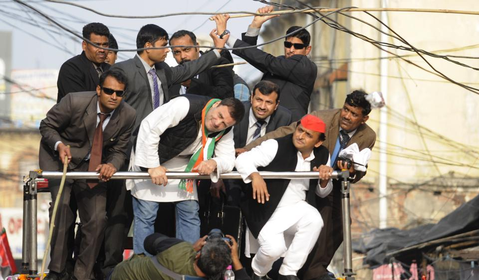 The 2017 Uttar Pradesh election campaign has been a hard fought one for the Samajwadi party and the Congress which joined hands to fight the BJP in these elections. Seen above is Rahul Gandi and Akhilesh Yadav avoiding electrical wires while campaigning jointly in Lucknow on  January 29th, 2017. (DEEpak Gupta/HT Photo)