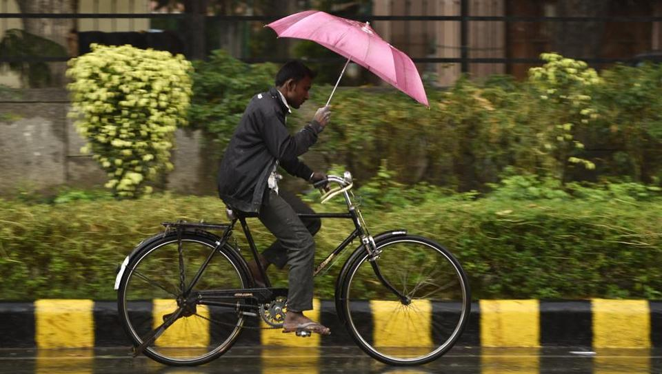 Weather experts have forecast moderate rain in Delhi on Friday, which will bring down mercury, while Holi will be sunny and cool, with clear skies and below-normal temperatures.  (Burhaan Kinu/HT PHOTO)