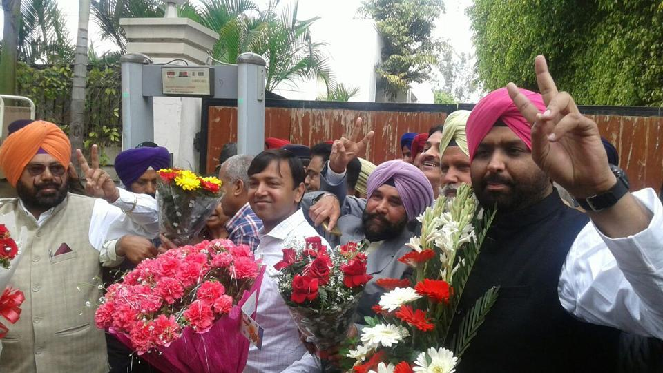 People line up to congratulate Captain Amarinder Singh outside his residence in Patiala after a good showing by Congress in Punjab. (Sanjeev Sharma/ht photo)