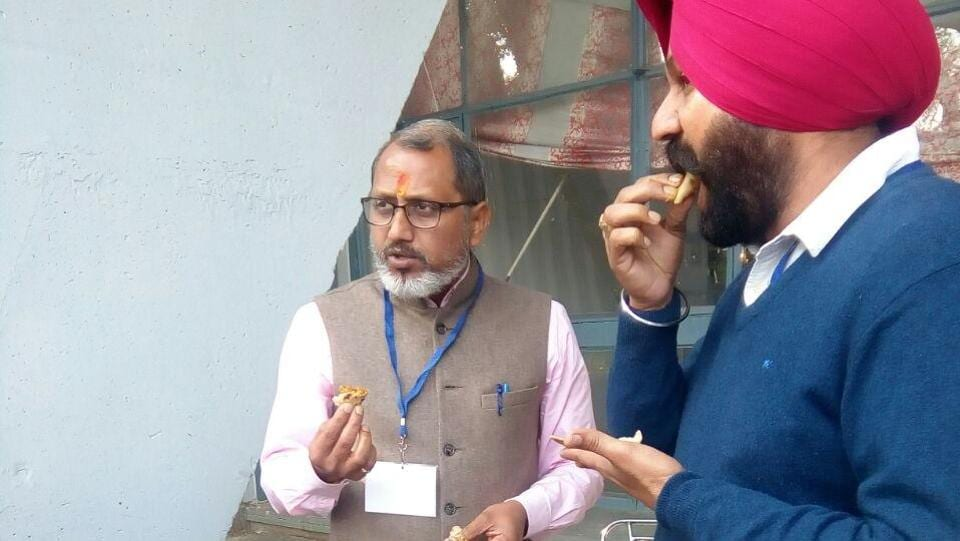 BJP candidate Praveen Bansal having breakfast outside a polling station in Ludhiana.   (Gurminder Singh/ht)