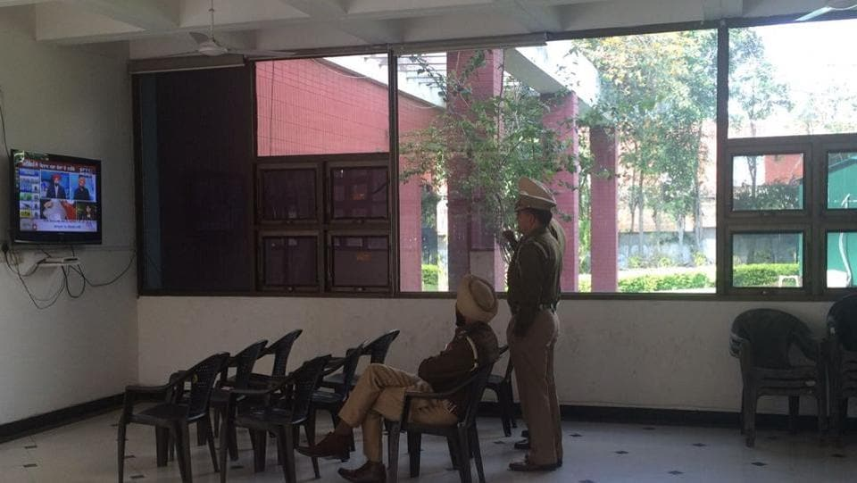 Cops watching the Punjab election results at an otherwise deserted SAD headquarter in Chandigarh on Saturday.  (HT Photo)