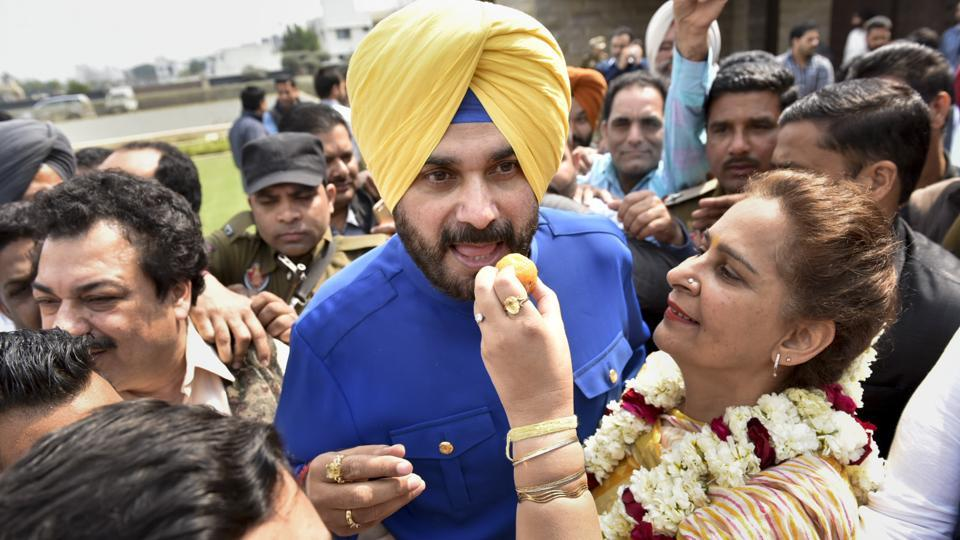 Congress leader Navjot Singh Sidhu and his wife Dr Navjot Kaur Sidhu celebrate his victory in Amritsar assembly election.  (Gurpreet Singh/ HT photo)