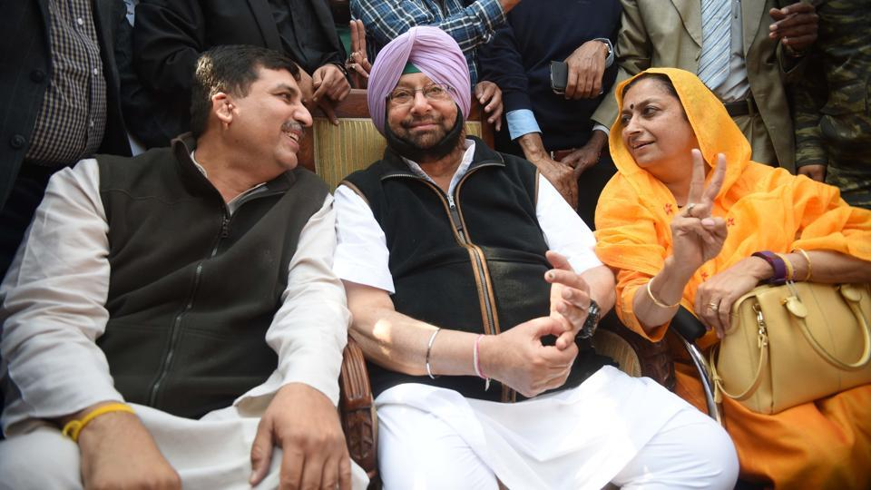 Punjab Congress chief Captain Amarinder Singh with party Asha Kumari at his residence in Sector 10, Chandigarh on Saturday. Capt won from the Patiala Urban seat by over 51,000 votes.  (HT Photo)