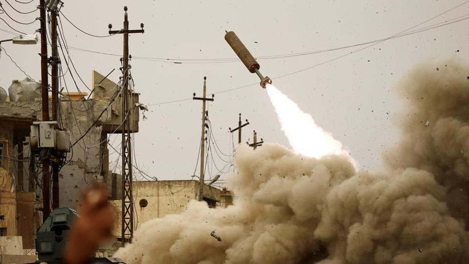 Iraqi rapid response members fire a missile against Islamic State militants during a battle with the militants in Mosul, Iraq, March 11, 2017. (Thaier Al-Sudani  / REUTERS)
