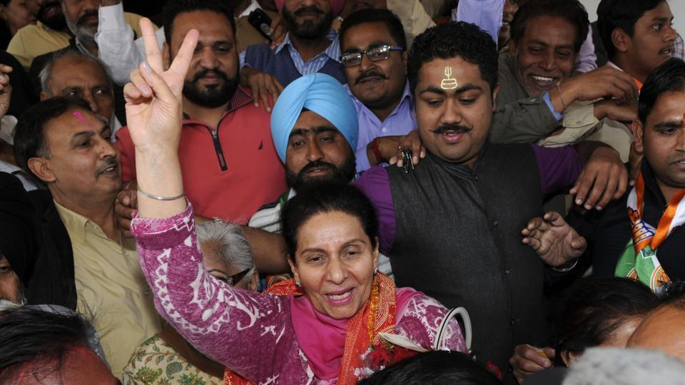 Congress leader Preneet Kaur ,wife of Capt. Amarinder Singh shows the victory sign at New Moti Bagh Palace in Patiala. (Bharat Bhushan/ht photo)