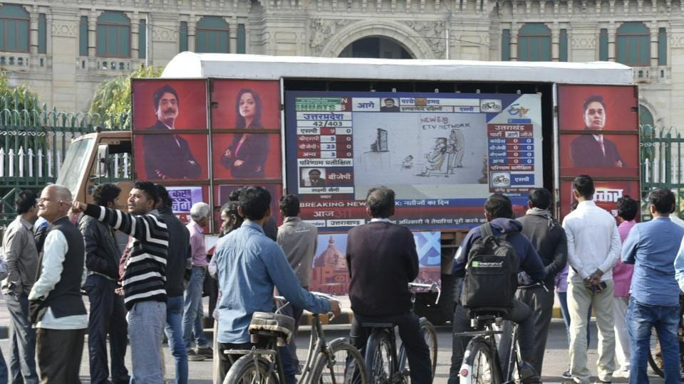 Mar 11 People looks election result in front of vidhansabha .in New Delhi, India on Tuesday (Arvind Yadav/Ht Photo)