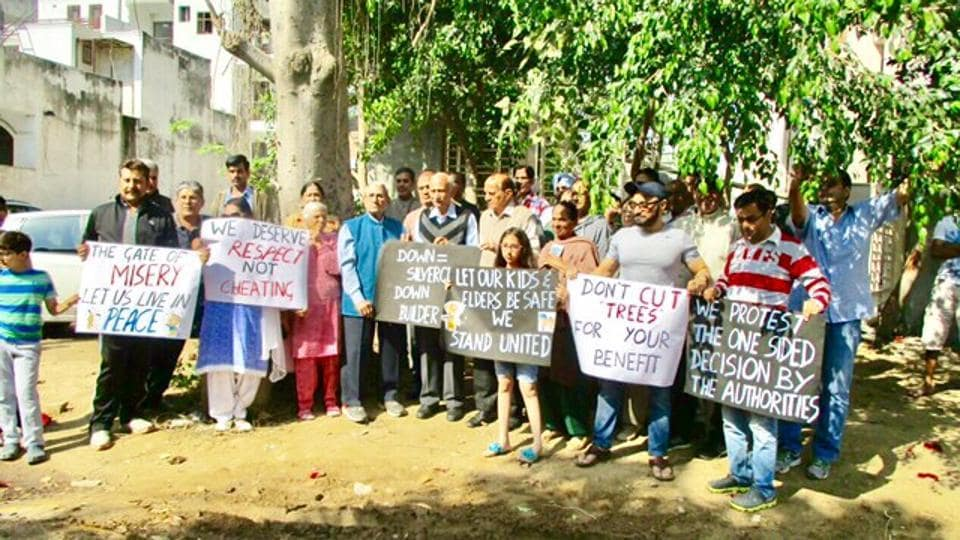 A group of residents of A block of Sushant Lok 1 protested against the DTP department on Sunday.