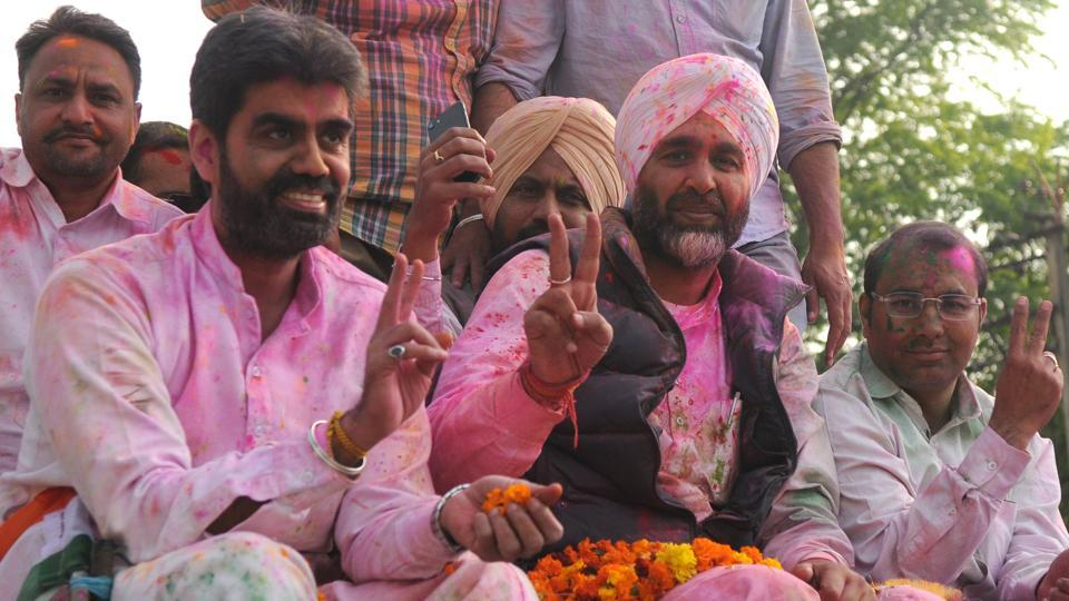 Congress candidate from Bathinda, Manpreet Singh Badal flashes victory sign after the election results. The only crumb of comfort for Congress  which has led India for most of the post- independence period,  was in Punjab where initial counting has given it an edge.  (Anil Dayal / HT Photo)
