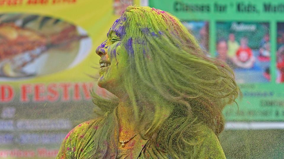 This woman is going green, but certainly not with envy, at Shivaji Park. (Satyabrata Tripathy/HT Photo)