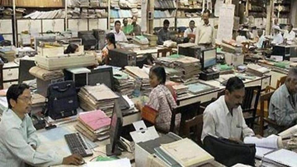The Centre on Wednesday announced a 2% hike in DA for central government employees and pensioners .