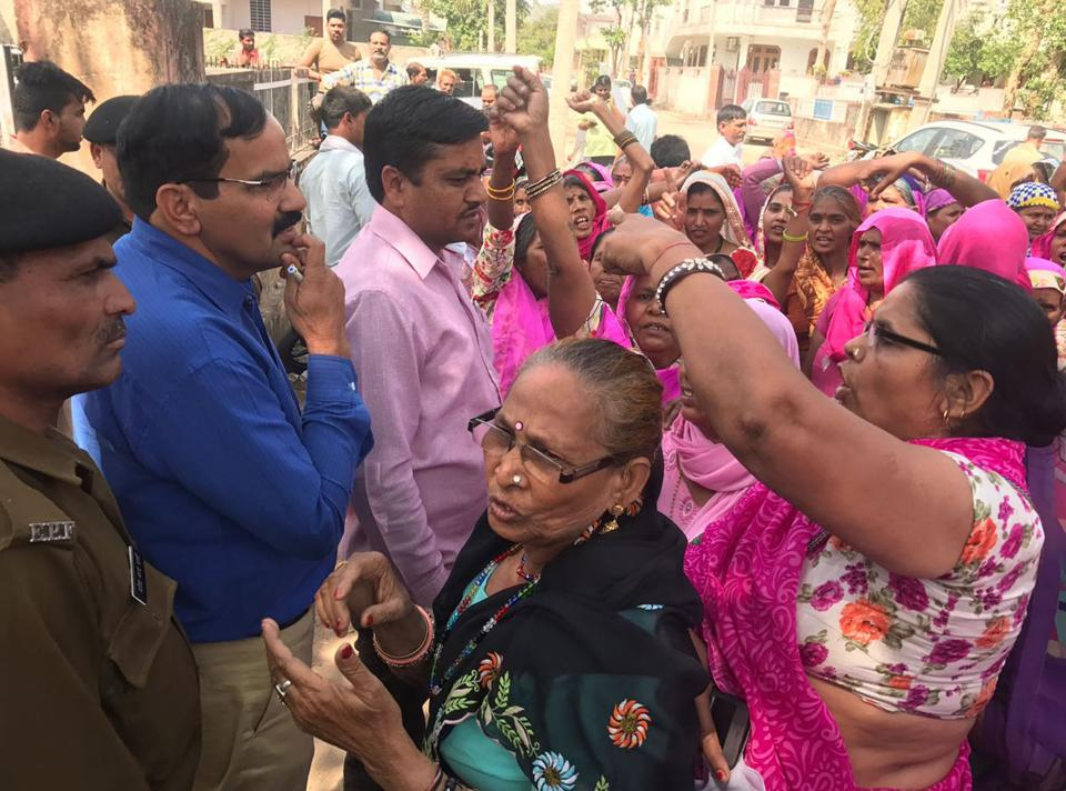 Members of the Gulabi Gang protesting against the allotment of country-made liquor vend within  Alwar city limits.