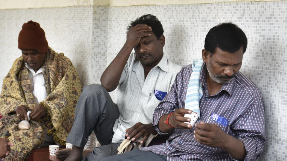 J Muthukrishnan's father (centre)mourns after hearing the news of his son's death, in Munirka Vihar, New Delhi.