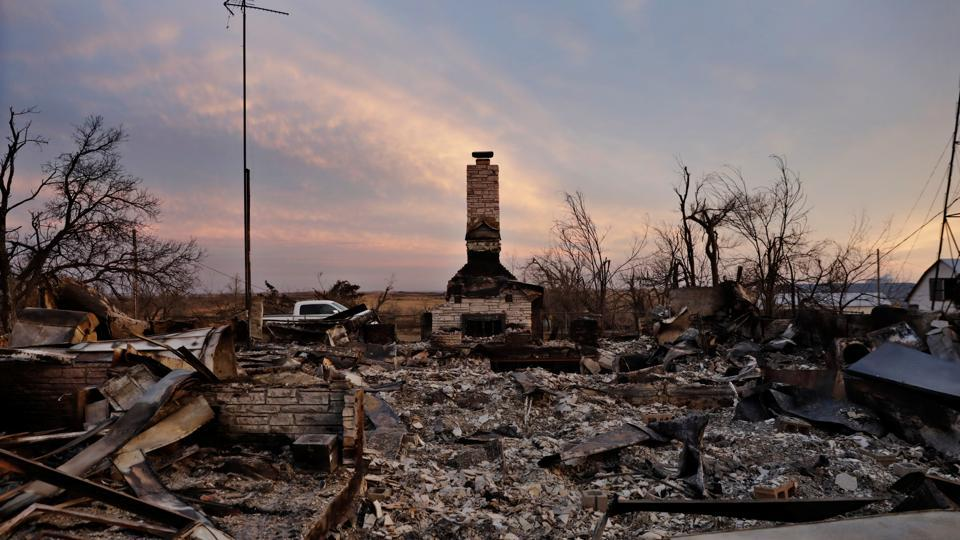 A chimney is all that stands in the footprint of a home destroyed by wildfires near Laverne, Oklahoma, U.S. (Lucas Jackson / REUTERS)