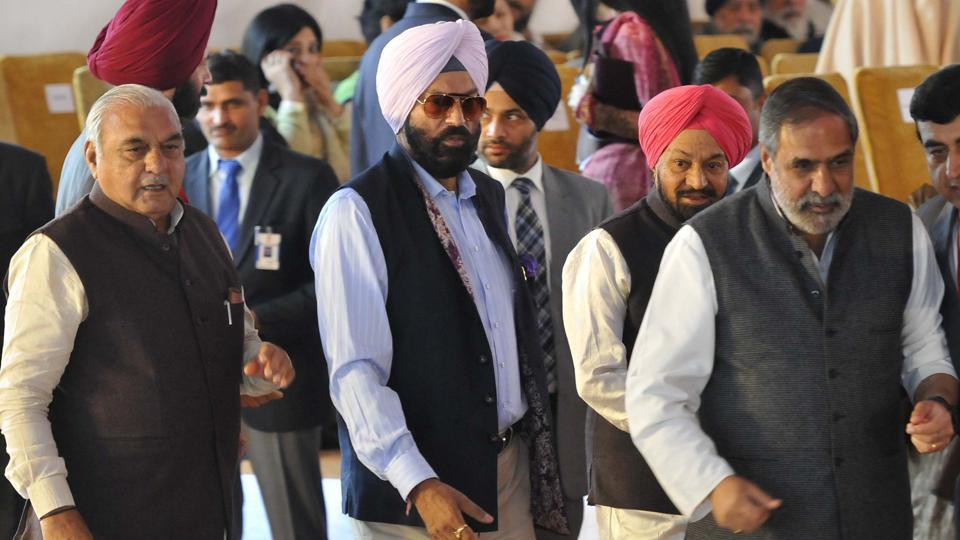 Congress leaders (from right) Anand Sharma, Rana Gurmeet Singh Sodhi and former Haryana CM Bhupinder Singh Hooda during the oath ceremony of Capt Amarinder Singh as Punjab CM in Chandigarh on Thursday. Behind Anand Sharma is Samajwadi Party leader Balwant Singh Ramoowalia, who was earlier with the Shiromani Akali Dal. (Keshav Singh/HT)