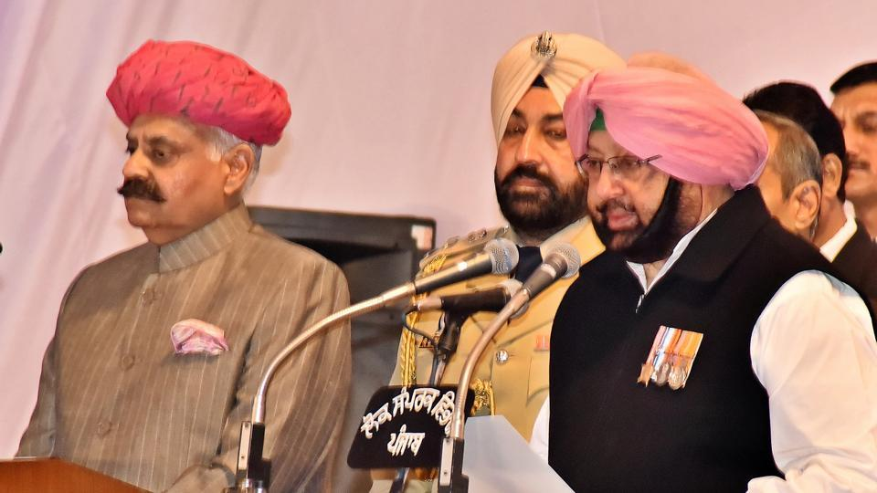 Punjab governor VP Singh Badnore administers the oath of office to new CM Capt Amarinder Singh at Raj Bhawan in Chandigarh on Thursday. (Sanjeev Sharma/HT)