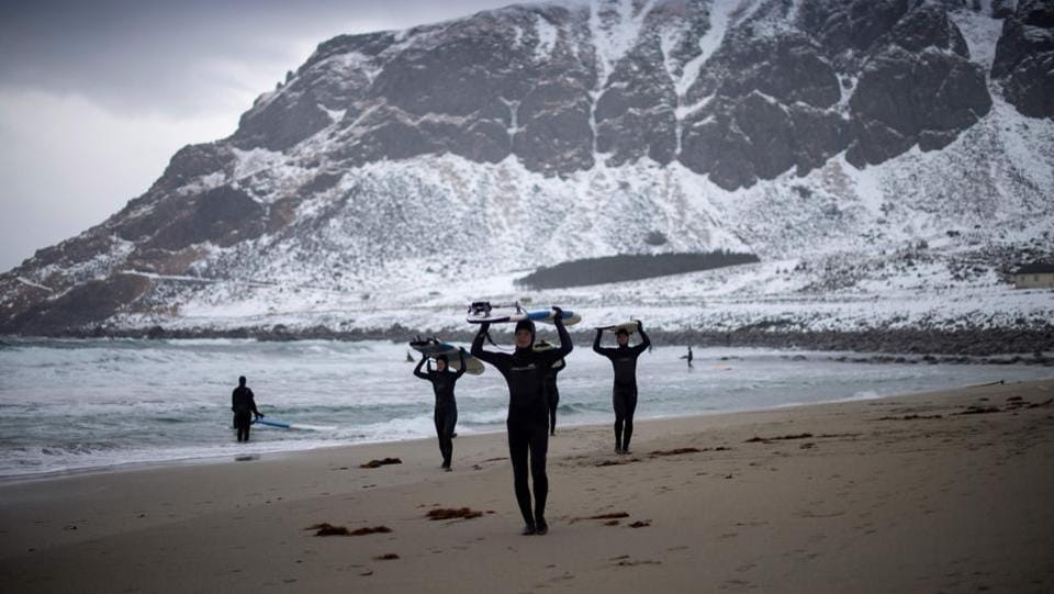 Novice surfers leave the beach at Unstad. (Olivier Morin/AFP)