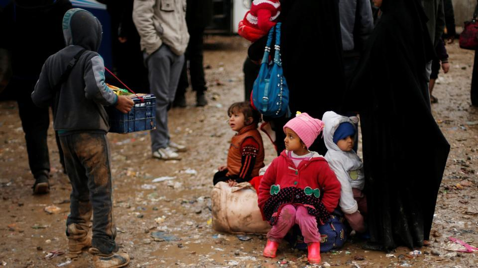 Displaced Iraqi children wait to get into Hamam al-Alil camp, on a rainy day, south of Mosul, Iraq. (REUTERS / REUTERS)