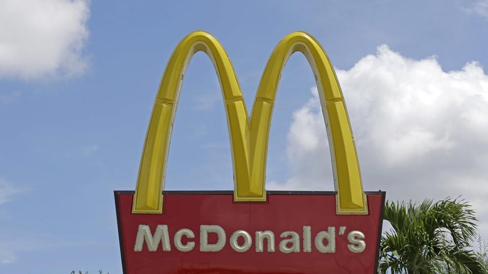 The Maharashtra FDAhas pulled up McDonald for selling carbonated drinks with artificial sweeteners in unpacked glasses without health warnings at a Kolhapur outlet.