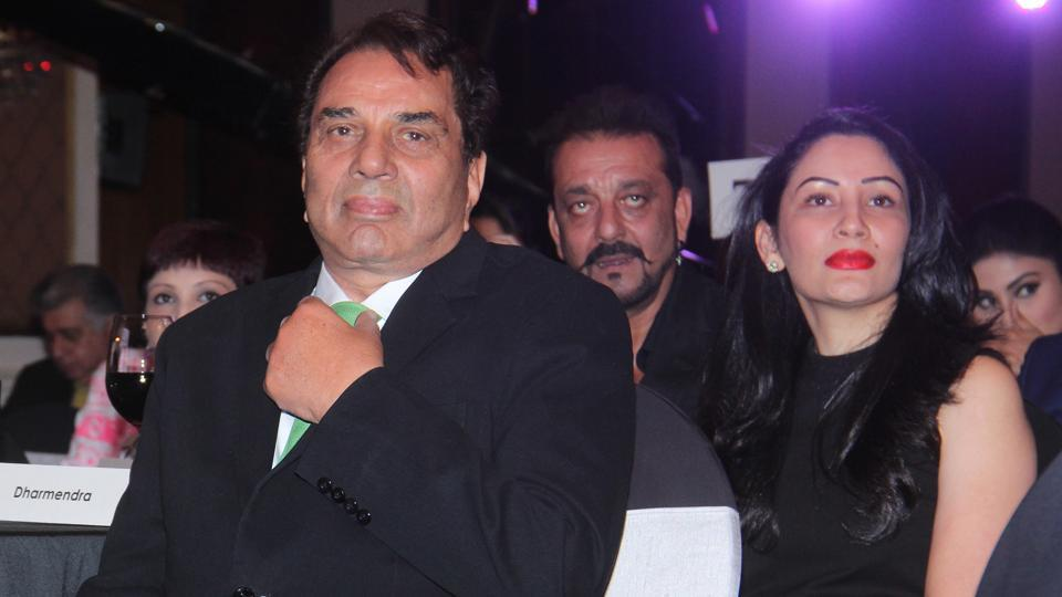 Veteran actor Dharmendra see with Sanjay Dutt with his wife Manyata Dutt. (Pramod Thakur/ HT Photo)