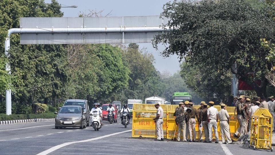 A large number of traffic and police personnel have also been deployed strategically in several other parts of the city, particularly near the borders.  (Arun Sharma / Ht photo)