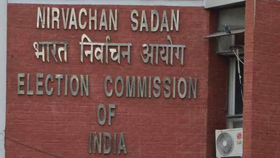 The Election Commission has favoured setting up special courts to expedite trial involving politicians and bureaucrats.