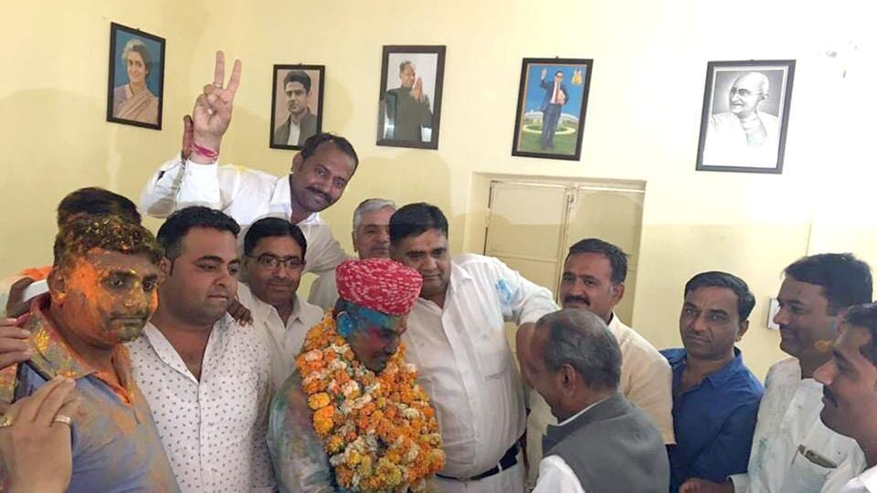 Ravi Singh being welcomed with garlands at Congress office in Barmer.