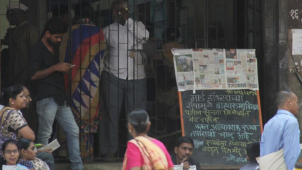 A board announcing the strike outside a public hospital in Mumbai on Tuesday. (Bhushan Koyande/ht photo)