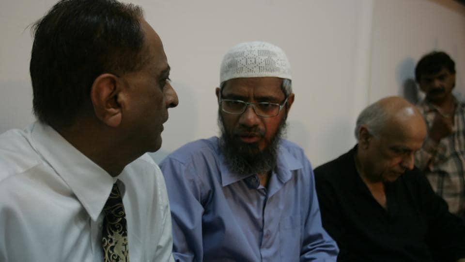 Zakir Naik, filmmaker Mahesh Bhatt and advocate Majid Menon at Press Club in Mumbai.