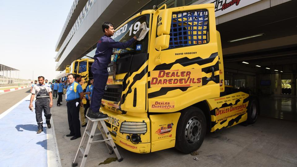 Crew members cleaning the Truck during T1 Prima truck racing championship at The Buddh International Circuit in Greater Noida. (Virendra Singh Gosain/HT PHOTO)