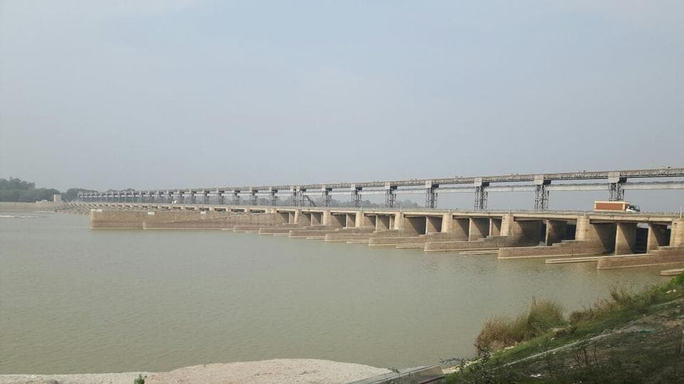 The headworks' 14 of total 31 gates at its main barrage have gone defunct due to rust. Another 8 of the total 14 canal regulation gates have also gone beyond repairs. About 600 cusecs of water is flowing to Pakistan round-the-clock in the absence of repairs of these defunct and choking gates.