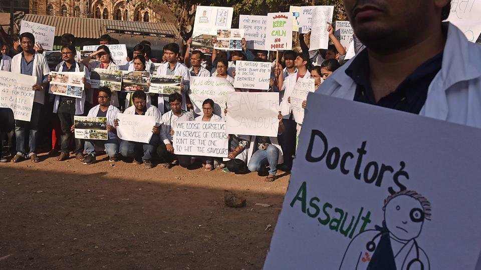 Meanwhile, doctors protest at Azad Maidan in Mumbai. (Pratham Gokhale/HT Photo)