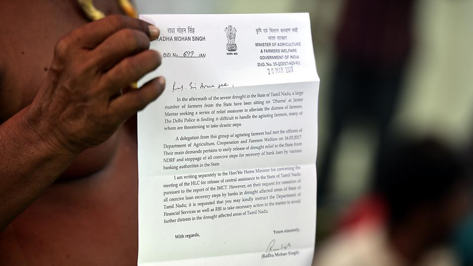 A farmer showing the  letter of  Union Minister of Agriculture and Farmers Welfare, Radha Mohan Singh to Finance Minister Arun Jaitley during the protest at Jantar Mantar in New Delhi.  (Raj K Raj/HT PHOTO)